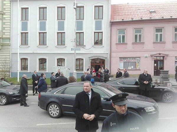 Prezident Zeman přijíždí do Kostelce.