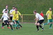 ČESTNÝ ÚSPĚCH rychnovských fotbalistů v duelu s hradeckou Olympií zaznamenal Martin Valášek (vlevo s míčem).