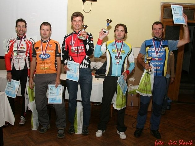 VÍTĚZ závěrečného závodu cyklistického Dobrušského poháru 2012 Roman Šťastný (zcela vpravo) při slavnostním vyhlášení celkového pořadí kategorie Masters.