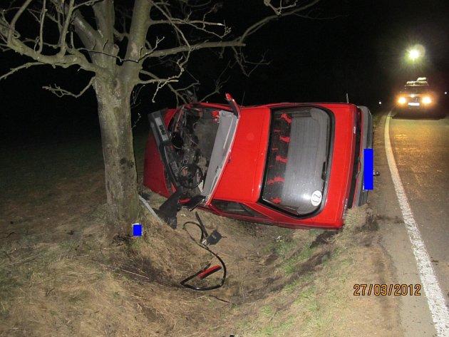 Mladík se podruhé narodil. Po nárazu do stromu zbyl z auta vrak. Řidič i spolujezdec přežili