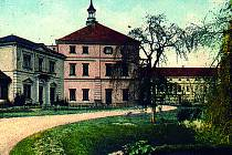 Kvasiny, historický snímek zámku na dobové pohlednici