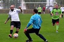 GÓLOVÁ TEČKA. Pátý gól rychnovských fotbalistů v derby s Dobruškou zaznamenal v 73. minutě Lukáš Reichl (vlevo), který překonal gólmana Marka Pěničku.