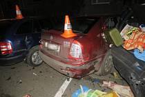 Řidič naboural čtyři auta a ujel.