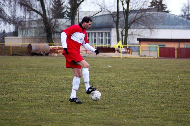DRUHÁ JARNÍ VÝHRA. Rychnovští fotbalisté v nedělním utkání krajského přeboru porazili favorizovaný Červený Kostelec a na konto si připsali důležité tři body.