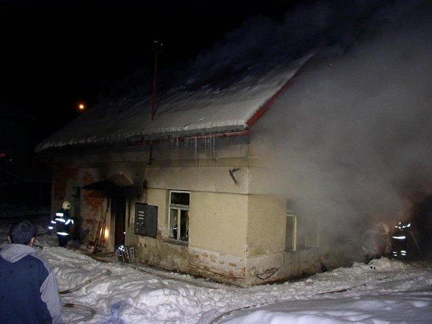 Slatina (Rychnovsko): Požár rodinného domu likvidovaly 4 sbory.