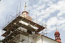 Lešení mizí z kostela  v  Pěčíně. Jeho stav  po  opravách  zítra posoudí i památkářl.