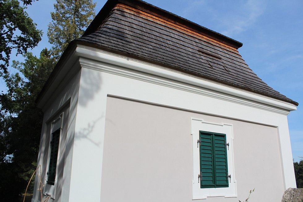 Kostnice v Opočně je opravená.
