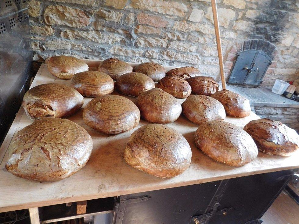 Čerstvý chléb přímo z domácí pece.