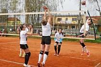 TRADIČNÍHO jarního volejbalového klání v Česticích se letos zúčastnilo celkem sedmadvacet družstev.