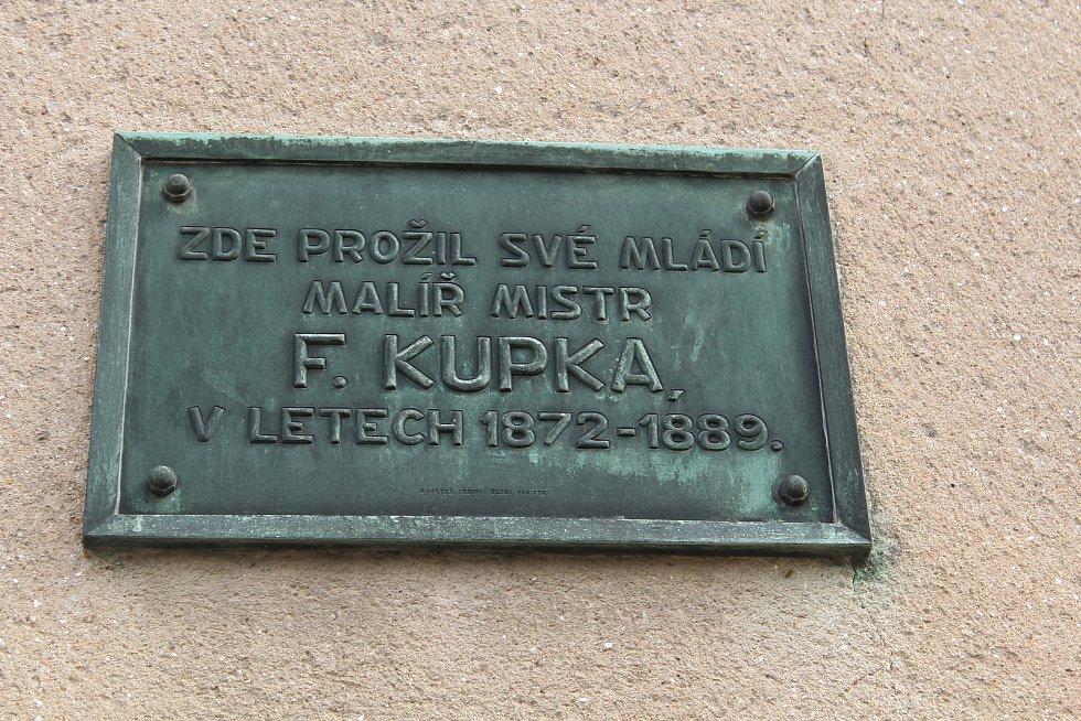 Budoucí muzeum. Na domě, kde žili Kupkovi v Dobrušce, je pamětní deska. Foto: Deník/Jana Kotalová