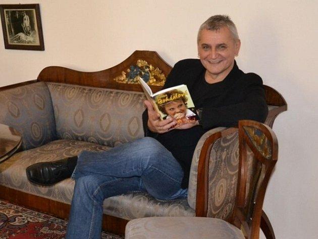 SPISOVATEL A FOTOGRAF Robert Rohál s jednou ze svých knih. Napsal spoustu publikací o osobnostech z oblasti pop music. Tentokrát se jedná o knihu o Ivetě Bartošové.