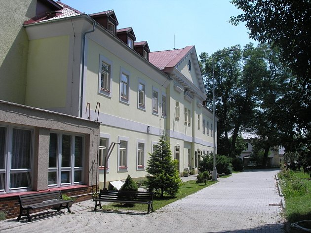 Objekt domova důchodců se skládá z nové budovy, která je chodbou napojena na zámeček (na snímku).