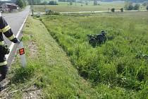Zraněného motorkáře odvezli záchranáři.