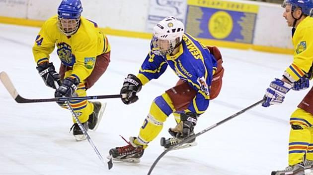 V tradičním sousedském hokejovém duelu Opočno – Semechnice byli šťastnější Baroni .