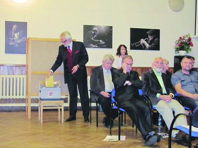 František Kinský hlasuje při volbě starosty.