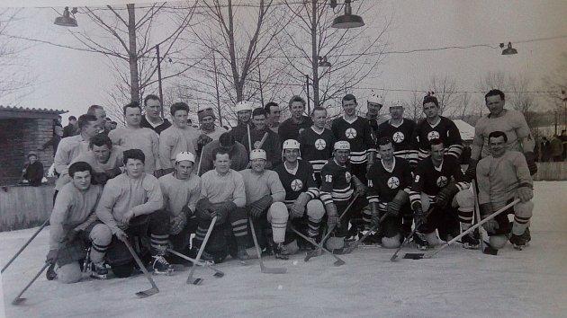 Hokejový zápas zroku 1964sTeslou Pardubice. Hokejový klub vSemechnicích vznikl vroce 1939a vletošním roce slaví 80let.
