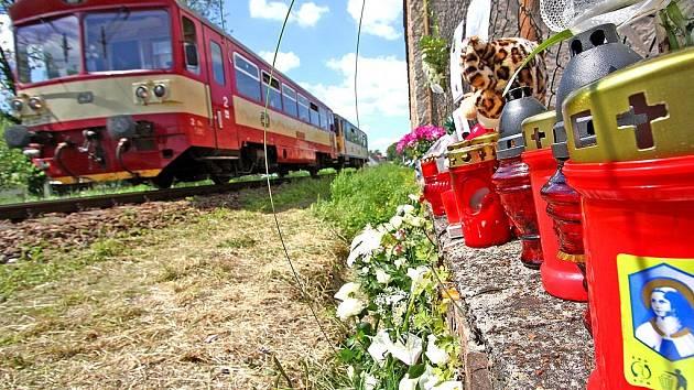 Místo tragédie z 1. května 2008 - lidé sem denně nosili květiny, plyšové hračky, zapalovali svíčky...