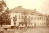 Snímek školní budovy v čísle popisném  4 na opočenském Trčkově náměstí.