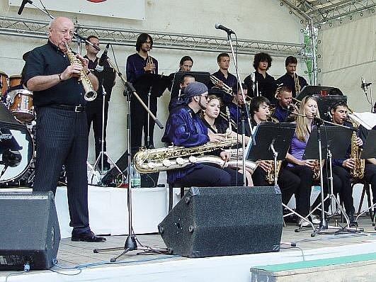 REPERTOÁR ORCHESTRU tvoří jak jazzové a swingové standardy, tak i moderní rockové a popové skladby