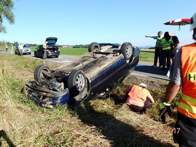 Havárie osobního automobilu u železničního přejezdu na silnici mezi Pěčínem a Rokytnicí v Orlických horách.