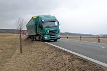Zapadlý kamion u Čestic.