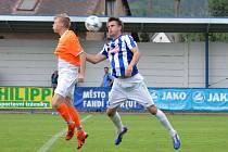 BEZ GÓLŮ skončila dohrávka Náchoda (pruhované dresy) s Kostelcem nad Orlicí. Při penaltách byli úspěšnější hosté.