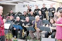 Muzikantům se stýskalo po swingu, tak začali zkoušet v bigbandovém obsazení