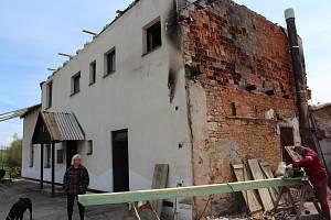 Kozodry necelé tři měsíce po požáru. Nejdůležitější je teď dostat dům pod střechu. Foto: Deník/Jana Kotalová