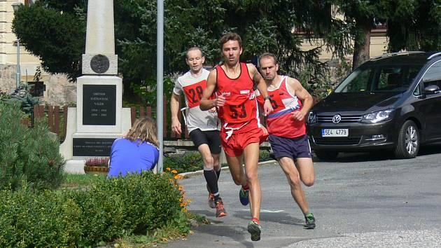 VÍTĚZ. Milan Janata (č. 53) se brzy po startu odpoutal od ostatních běžců a suverénně doběhl první do cíle.