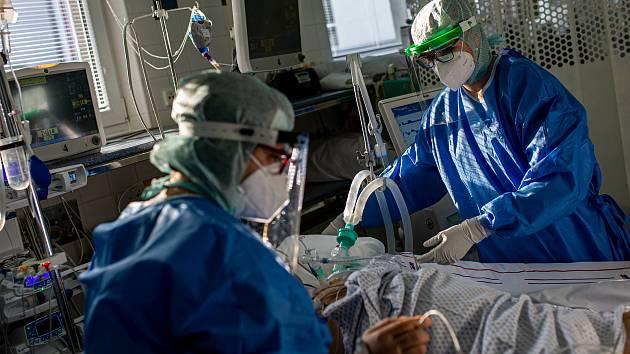 Zdravotnický personál se stará o COVID pacienty na ARO v Nemocnici Rychnov nad Kněžnou. Již v několikáté vlně a stále pozitivní personál a lidský přístup jako by se starali o své příbuzné.