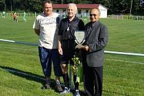Josef Vilímek (uprostřed) naposledy oblékl černý dres při víkendovém utkání okresního přeboru Zdelov – Voděrady.