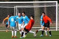 Fotbalisté Kostelecké Lhoty (modré dresy) po úvodní jarní výhře s týmem Přepych (2:1) si na konto připsali o víkendu další tři body, když v Křivicích zvítězili vysoko 7:2.