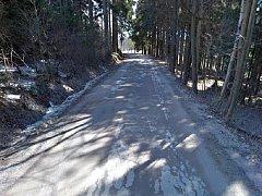 Silnice do Dobřan je v havarijním stavu.
