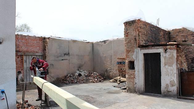 Kozodry necelé tři měsíce po požáru. Nejdůležitější je teď dostat dům pod střechu.