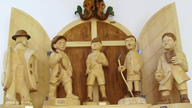 Městský úřad v Rychnově nově zdobí vyřezané postavy z Poláčkova románu Bylo nás pět.