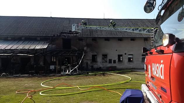 Požár kravína napáchal škodu za 300 tisíc korun.