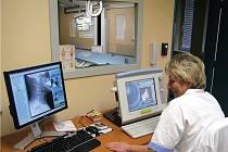 Nový rentgen bude sloužit především pro pacienty rychnovské Oblastní nemocnice. Obsluha moderního zařízení, navrženého pro traumatologická centra, musela projít odborným proškolením od švýcarských odborníků.