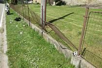 PO nárazu do plotu musel být řidič transportován do Fakultní nemocnice v Hradci Králové
