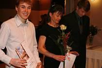 UŽ TRADIČNÍ účastnicí vyhlašování Nejúspěšnějších atletů Královéhradeckého kraje je vytrvalkyně Táňa Metelková (vpravo). Svou loňskou účast si letos zopakoval i mladík Dominik Sádlo.