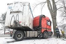 Kamion zablokoval ve čtvrtek ráno silnici první třídy v Bílém Újezdu. Na zasněžené silnici dostal smyk a skončil mimo vozovku.