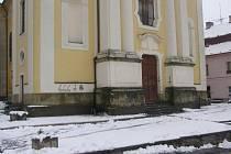 Satanistické symboly se objevily jedné noci na počátku dubna na zdi kostela v Kostelci nad Orlicí.