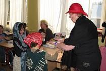 Prvňáčci v Dobřanech si své první vysvědčení mohli jít převzít v kostýmech. Před tím totiž právě hráli pohádku O Jeníčkovi a Mařence.