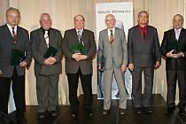 TŘI MUŽI z Královéhradeckého kraje byli vyznamenáni, když obdrželi Cenu Václava Jíry, pojmenovanou po známém fotbalovém diplomatovi, bývalém hráči národního mužstva i trenérovi reprezentace.