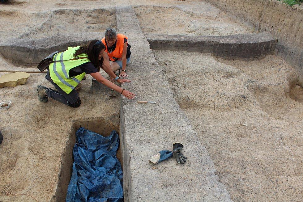 Trasu, kudy povede obchvat, prozkoumávají archeologové. Na snímku hliník, kde byly nalezeny kousky keramiky.