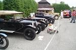 """NAŠE ŠKODA 440 """"SPARTAK"""". S tímto vozem se Jiří Hanousek vydal na sraz do Trhové Kamenice v roce 2011. Milovaný vůz pochází z roku 1958. Veteráni nemusí být vždy jen auta nebo motorky, ale i historická jízdní kola jsou krásná."""