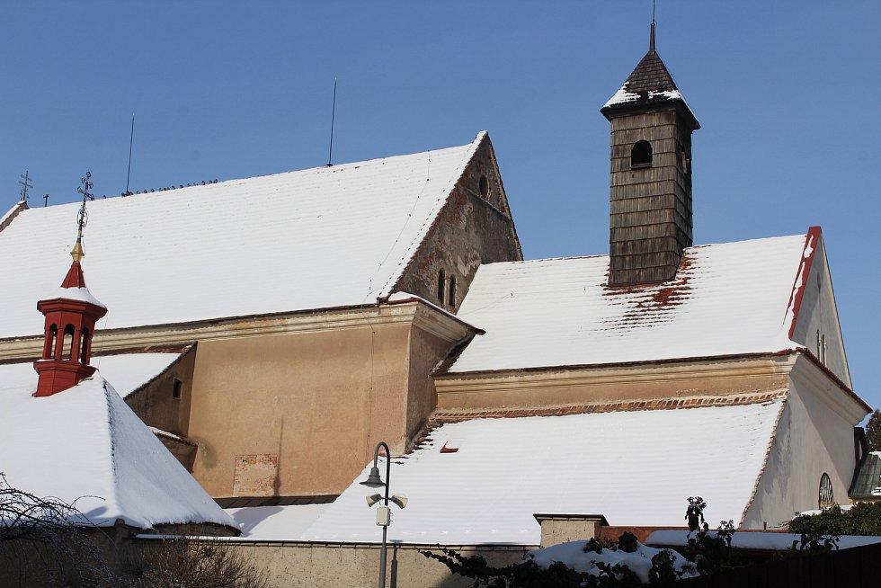 Zimní pohled na část klášterních budov.