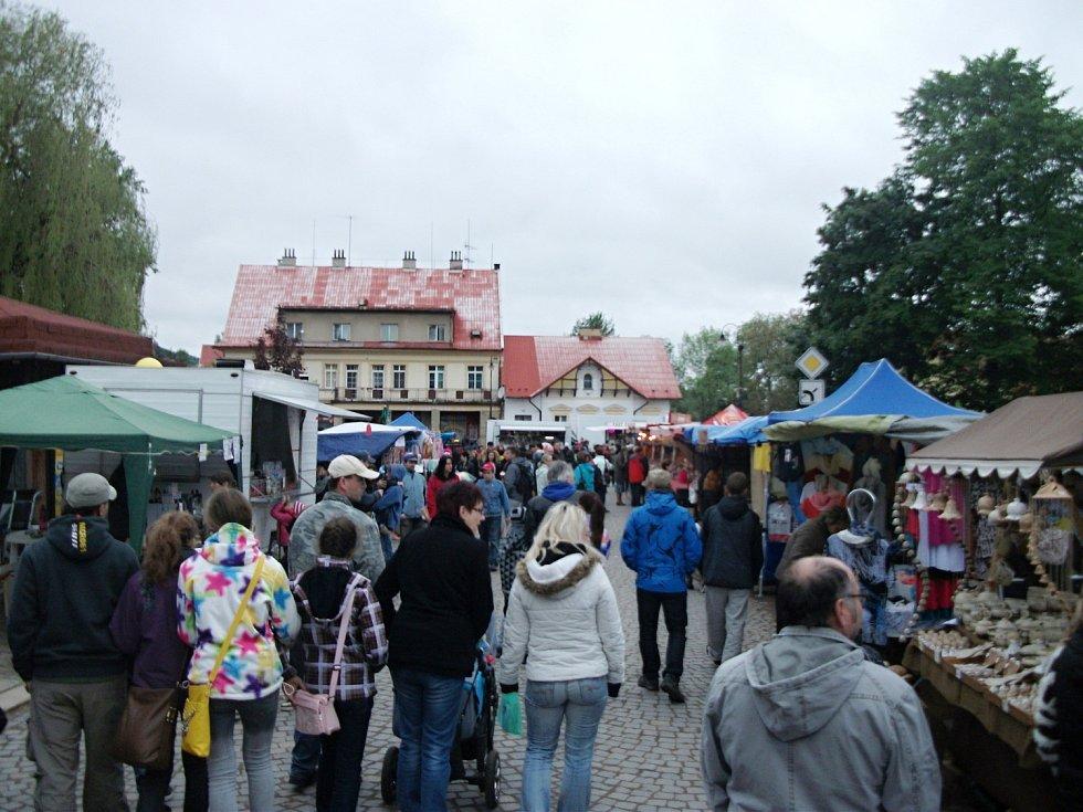 Ve znamení deštníků nad hlavami návštěvníků probíhalo letošní pouťové veselí v Potštejně.