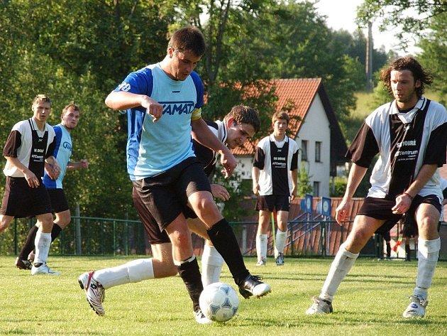NOVÁČEK SE PO ROCE LOUČÍ. Fotbalisté FC Domašín (na snímku z utkání v Dobrém je vlevo jejich kapitán Ivo Raděj) se po sezonní epizodě vracejí do III. třídy.