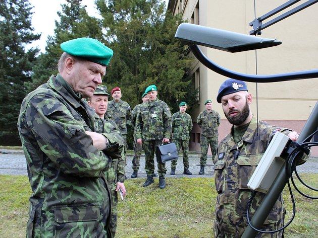 V dobrušském Vojenském geografickém a hydrometeorologickémo úřadu se náčelník GŠ AČR generál Josef Bečvář seznámil s vybavením pro meteorologické zabezpečení.