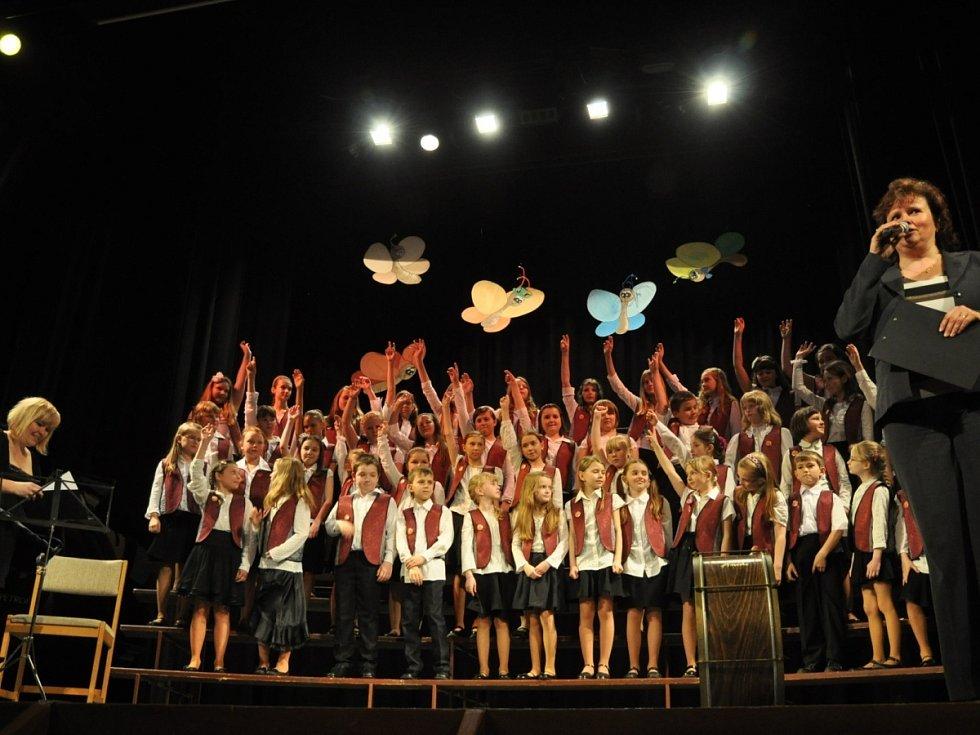 V rychnovském Pelclově divadle se uskutečnilo setkání pěveckých sborů. Zásluhou kolektivu z Kladského Pomezí získalo mezinárodní punc